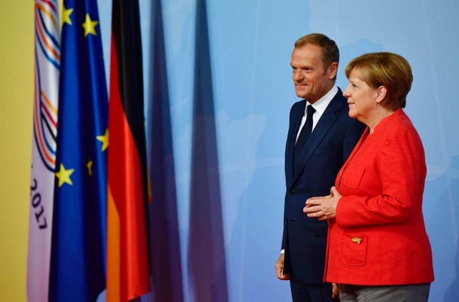 A chanceler alemã, Angela Merkel, recebe o presidente do Conselho Europeu, Donald Tusk, na abertura da cúpula do G-20 - AFP PHOTO / Tobias SCHWARZ