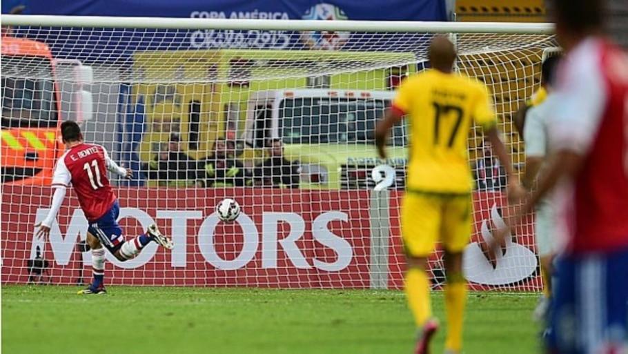 Edgar Benitez aproveita bobeira de goleiro e decide jogo para o Paraguai - Ronaldo Schemidt/ AFP