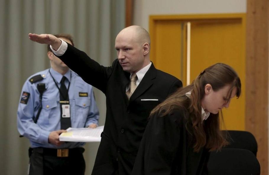O extremista Anders Breivik faz saudação nazista ao entrar na em tribunal montado na prisão de Skien, onde ele está preso - REUTERS/Lise Aserud/NTB Scanpix