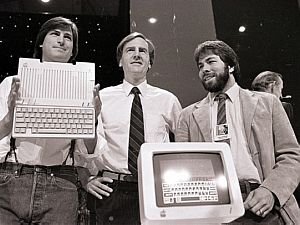 Em 1984, ao lado de John Sculley, presidente e CEO da Apple Coputers, e Steve Wozniak - Sal Veder/Arquivo/AP