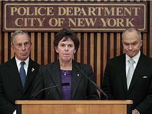 A diretora assistente do FBI em NY, Janice Fedarcyk, fala diante do prefeito Michael Bloomberg e do comissário da polícia, Ray Kelly - Brendan McDermid/Reuters