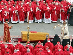 Funeral aconteceu na praça de São Marcos, no Vaticano, e reuniu um multidão de fieis - Andrew Medichini/AP