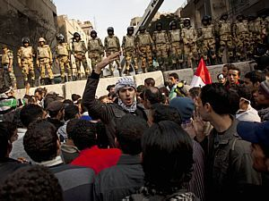 Militares e manifestantes voltaram a se enfrentar na Pra&ccedil;a Tahrir - Bernat Armangue/AP