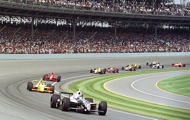 Arie Luyendyk lidera o pelotão após a largada para as 500 Milhas de Indianápolis de 1999