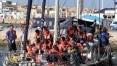 Barco com imigrantes desafia governo italiano e atraca na ilha italiana de Lampedusa
