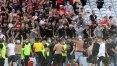 Torcedores invadem campo de jogo entre Lens e Lille pelo Francês para tentar brigar; assista