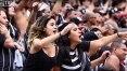 Mulher paga meia-entrada no jogo entre Corinthians e Oeste