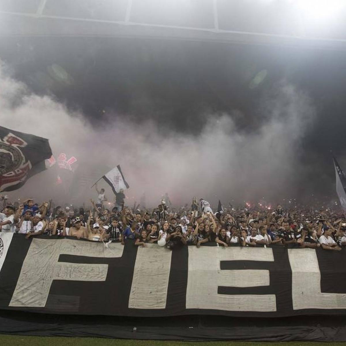 Andrés Sanchez não convence e torcida do Corinthians organiza protesto -  Esportes - Estadão 4a7b6baafe415