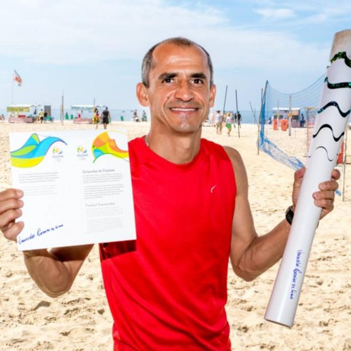 9d3ecc741d3 Torcedor paga mais de R  216 mil por tocha da abertura dos Jogos do Rio -  Esportes - Estadão