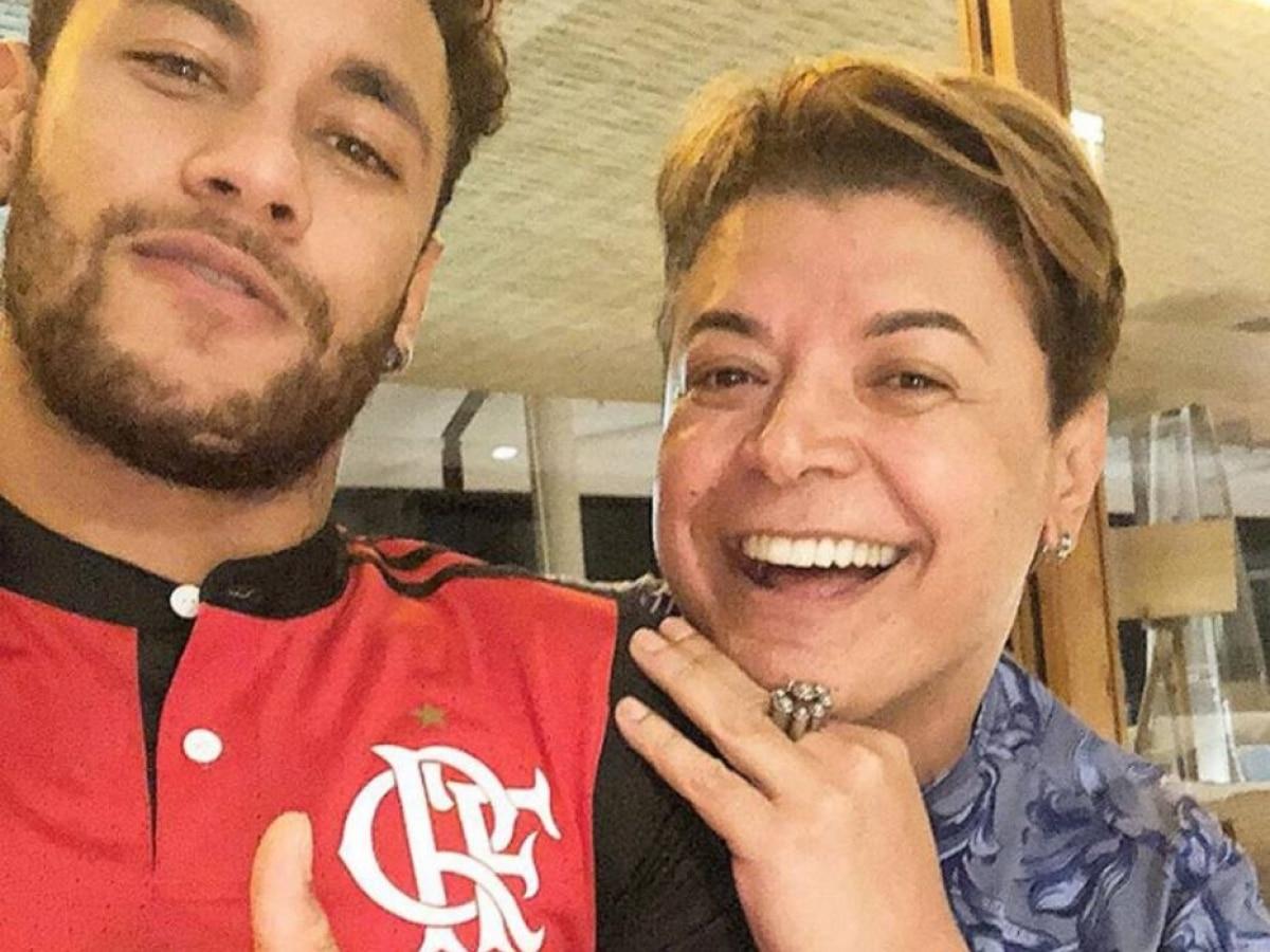2406804aa8 Neymar veste camisa do Flamengo e é anunciado em brincadeira de 1º de abril  - Futebol - Fera
