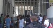 Na cadeia, Pezão ouve protestos