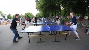 Russos aproveitam domingo de sol para ir ao parque