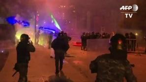 Manifestantes usam fogos de artifício contra...