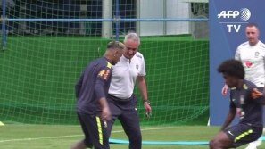 Neymar deixa treino do Brasil mancando
