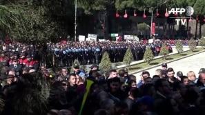 Confrontos na capital da Âlbania