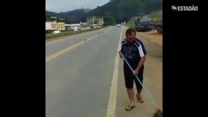 Caminhoneiros varrem rodovia para receber tropas...