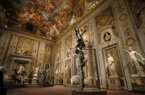Sozinho nas novas e temporárias Ruínas de Roma