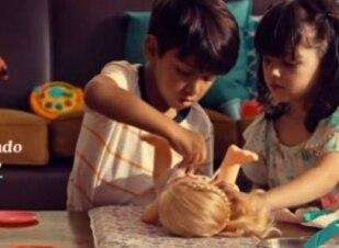 Comercial mostra que meninos podem brincar de boneca
