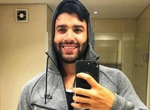 Gusttavo Lima apresenta show enrolado em cobertor