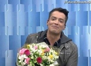 Leo Dias retorna após tratamento e recebe buquê de flores