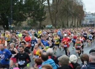 Mulher confunde local e corre meia maratona sozinha