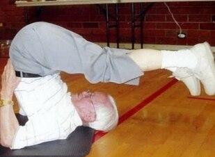 Vovô pratica esportes todos os dias e inspira sedentários
