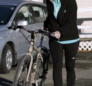 Enfermeira desrespeita quarentena de Ebola e passeia de bicicleta
