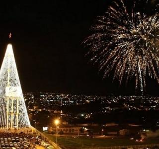Itu inaugura árvore de Natal da altura de prédio de 28 andares
