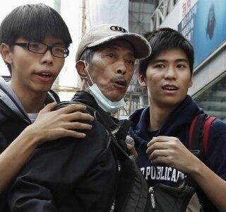 Polícia prende líderes estudantis em Hong Kong ao desobstruir área de protesto