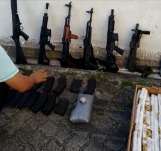 Policiais apreendem arsenal escondido em caminhão na zona leste