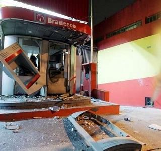 A agência, que já havia sido explodida duas vezes no ano passado, ficou destruída
