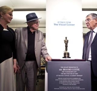 Branko Lustig, ao centro da foto, a presidente da Croácia, Kolinda Grabar-Kitarovic, e o diretor do Yad Vashem Holocaust Memorial, Avner Shalev, (Foto: Nir Elias/Pool Photo via AP)