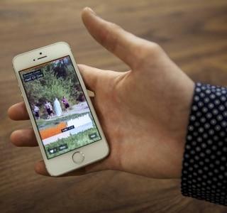 Usuário mostra a versão mobile do SoundCloud. Foto. Jake Naughton/The New York Times