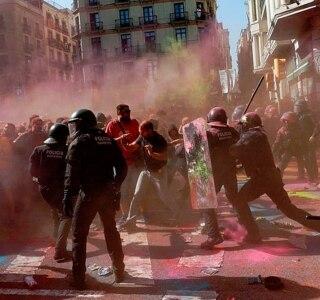 Grupo separatista catalão entra em confronto com policiais em Barcelona