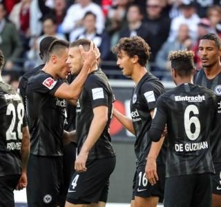 Resultado de imagem para Eintracht goleia, afunda o lanterna Hannover e deixa zona de descenso do Alemão