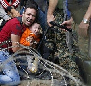 Mais de 5 mil imigrantes e refugiados cruzaram a fronteira da Grécia rumo à Macedônia