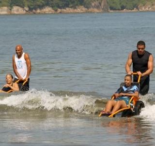 Projeto leva cadeirantes para banho de mar