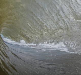 Antes da chegada da lama, surfistas fazem 'missa de 7º dia' por morte de praia no ES