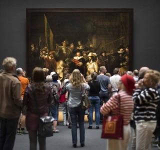 Visitantes admiram 'A Ronda Noturna', de Rembrandt, em 2013. Foto: Ilvy Njiokiktjien/The New York Times