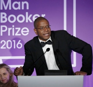 Escritor Paul Beatty vence o Man Booker Prize