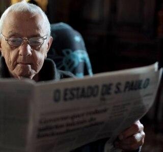 'Leio há 50 anos. Não consigo ler outro jornal', afirma aposentado