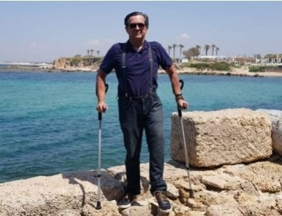 Conheça Luiz Thadeu, o homem que rodou 140 países de muletas após sofrer acidente