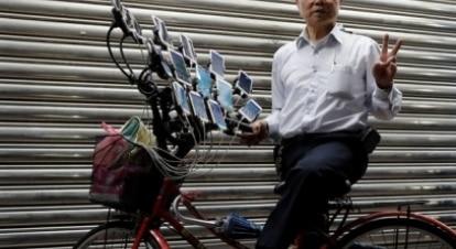 Aos 70 anos, homem cria aparato para jogar em 15 celulares ao mesmo tempo
