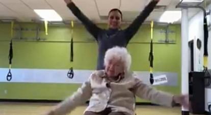 O vídeo fofo desta senhora dançando vai te fazer sorrir (muito!)