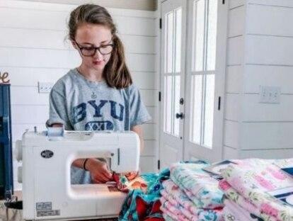 Menina de 11 anos costura 500 cobertores para crianças vulneráveis