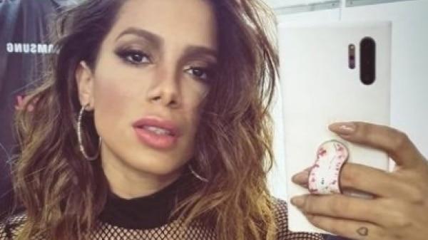 Anitta foge de fã que invade palco durante show; assista