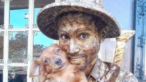 Cachorrinha faz estátua viva com tutor e é sucesso em Fortaleza