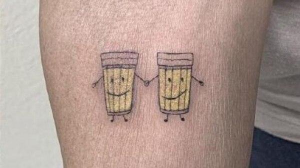 Idosas celebram 30 anos de amizade com tatuagem de copos de cerveja