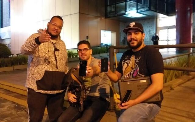 45 horas na fila: fãs da marca chegaram ao Shopping Ibirapuera às 13h da quinta-feira; o primeiro da fila, Rodrigo Libório, está ao centro, acompanhado do amigo Rodrigo Matos, que cancelou suas aulas de música, e do irmão Henrique Libório, que chegou a fazer home office da praçade alimentação do shopping