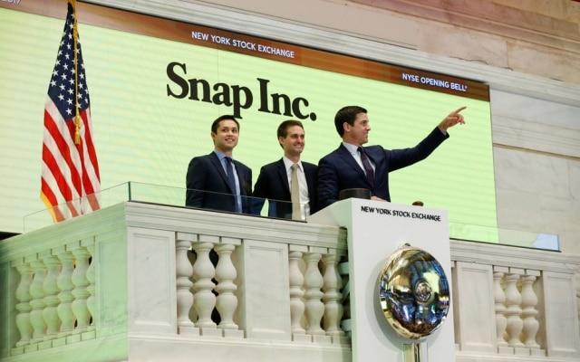Evan Spiegel (ao centro) e Bobby Brown, os cofundadores do Snapchat, tocam o sino para a abertura do pregão da bolsa de Nova York nesta quinta-feira, 2